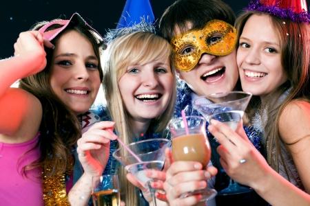 saluta: i giovani si divertono saluta festa