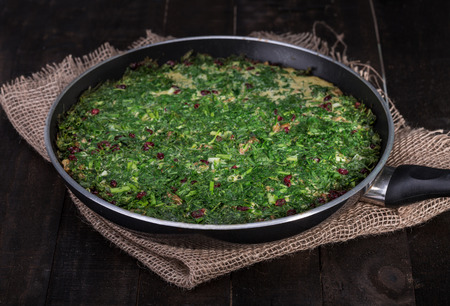 Persian Mixed herbs frittata with barberry and walnut in pan Kuku with Zereshk 免版税图像