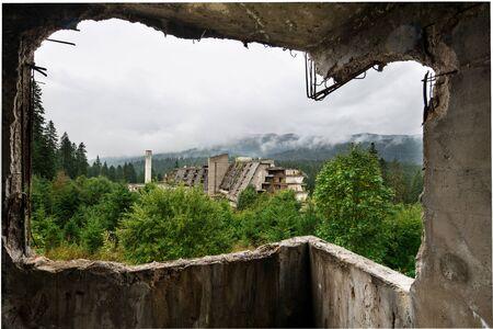 Uitzicht vanaf de binnenkant van een verlaten verwoest gebouw door oorlog in Sarajevo, hoofdstad van de stad Bosnië en Herzegovina in Oost-Europa in de Balkan