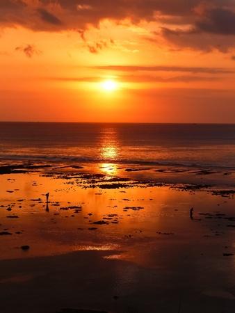 Un doux coucher de soleil à la plage de Bingin à Bali