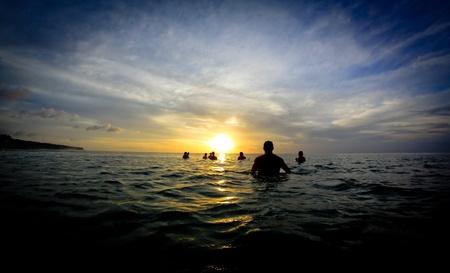 Internautes attendent à la ligne au coucher du soleil