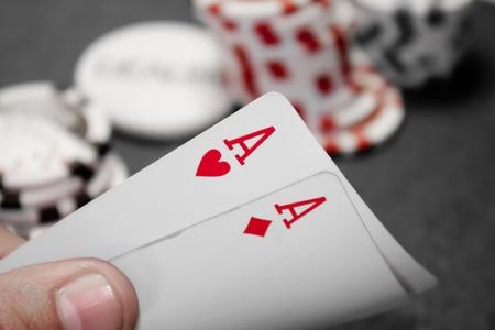 Pocket Ace main rouge isolé avec pile en arrière-plan
