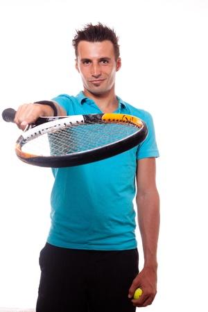 Un homme jeune de tennis montrant sa raquette comme une invitation et tenant une boule