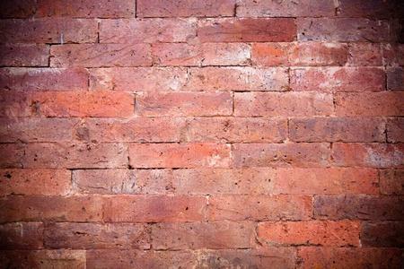 Une partie d'un mur de brique rouge