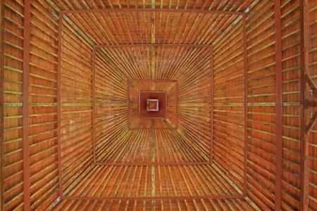 Une construction de toit en bois de l'intérieur