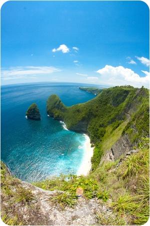 De hautes falaises avec vue sur la plage de Nusa Penida Bali