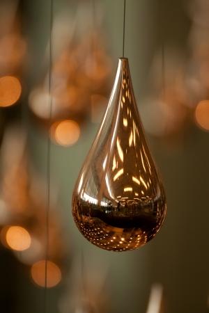 Une boule d'or de Noël avec forme originale