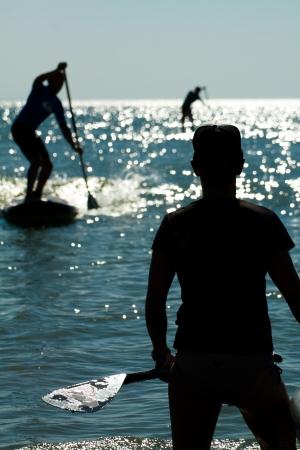 Trois ombres se lever pagayeurs sur l'eau