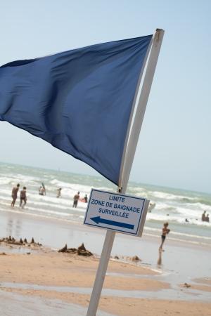 Un drapeau bleu pour la zone de sécurité sur la plage