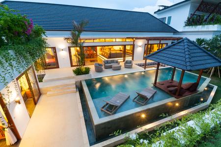 villa tropicale au coucher du soleil