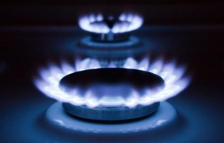 Blauen Flammen einer brennenden Erdgas. Gasherd in Aktion.