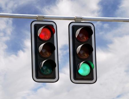 se�al de transito: Rojo y verde el sem�foro sobre fondos de color azul cielo Foto de archivo