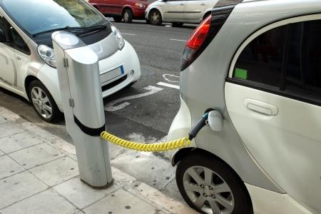 Twee elektrische auto's opladen op een straat in de stad Nice.