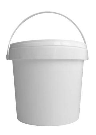 Plastikbehälter für Milchprodukte. Isoliert auf einem weißen. Clipping-Pfad enthalten. Standard-Bild - 20911615