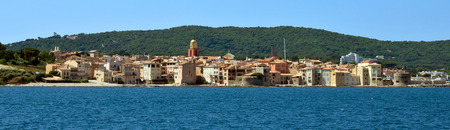 Panoramic view of the city of Saint Tropez. An overview of the glamorous city of Saint Tropez on the cote d'azur. Standard-Bild