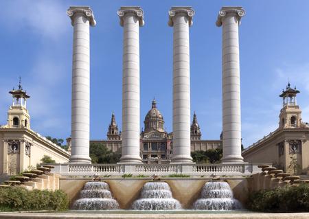 barcelone: Barcelone, Espagne - 8 juillet 2015: Les Quatre Colonnes, créé par Josep Puig i Cadafalch, est sur la place en face du Musée national d'art de Catalogne, Barcelone, Espagne.