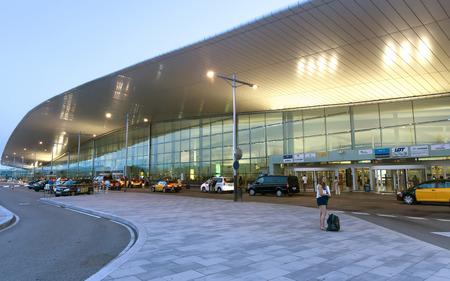 gente aeropuerto: BARCELONA, ESPAÑA - 16 de julio, 2015: Terminal T1 del aeropuerto de El Prat-Barcelona. Este aeropuerto fue inaugurado en 1963. aeropuerto es uno de los más grandes de Europa. Editorial