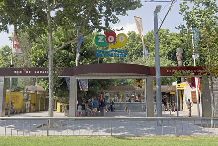 animales del zoologico: BARCELONA, ESPA�A - 12 de julio, 2015: Entrada principal del zool�gico de Barcelona, ??Espa�a. Fundada en el a�o 1892.
