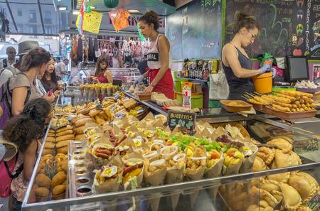 comida rapida: BARCELONA, ESPAÑA - 06 de julio 2015: Parada del Burrito en el mercado de la Boquería en Barcelona.