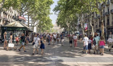 barcelone: Barcelone, Espagne - 6 juillet 2015: Des centaines de personnes se promènent dans la rue la plus animée de Barcelone, Las Ramblas. La rue étend 1,2 kilomètres relie la Plaça de Catalunya dans le centre avec le monument de Christophe Colomb Christopher au Port Vell.