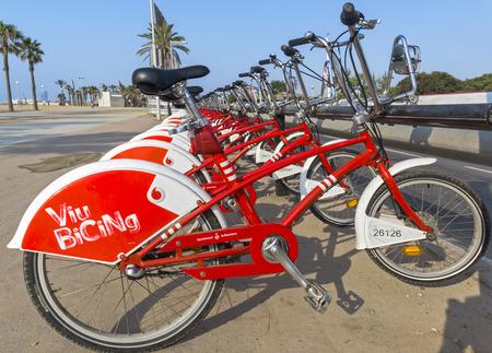 barcelone: BARCELONE, Espagne - 12 juillet 2015: la fonction publique Véhicules vélos Vodafone Bicing. Bicing est le nom d'un système de partage de vélos à Barcelone inauguré le 22 Mars 2007. Éditoriale
