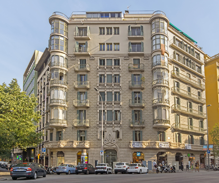 espanya: BARCELONA, SPAIN - JULY 14, 2015: Typical landscape of one urban district in Barcelona, Spain.