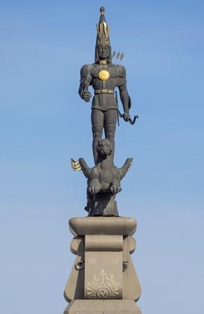 independencia: ALMATY, Kazajstán - 21 de octubre, 2015: Escultura de oro de Guerrero en la parte superior del monumento de la independencia de Kazajstán. Monumento fue inaugurado el 16 de Plaza de la República diciembre de 1996.