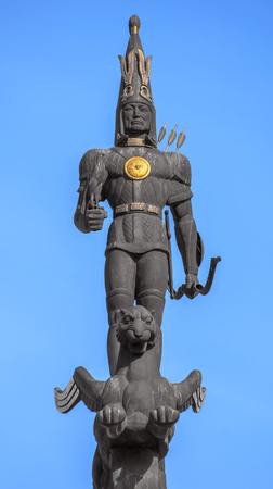 guerrero: ALMATY, Kazajst�n - 21 de octubre, 2015: Escultura de oro de Guerrero en la parte superior del monumento de la independencia de Kazajst�n. Monumento fue inaugurado el 16 de Plaza de la Rep�blica diciembre de 1996.