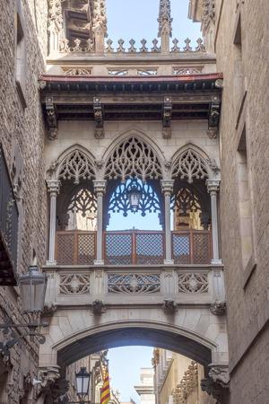 carrer: Gothic bridge at Carrer del Bisbe (Bishop Street), Barcelona, Spain