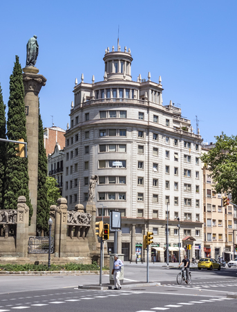 espanya: BARCELONA, SPAIN - JULY 5, 2016: Architecture of Verdaguer square in Barcelona, Spain. Named after the Catalan-language epic poet of the Jacint Verdaguer (1845-1902). Monument built in 1912 Editorial