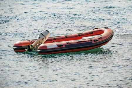 Rettung aufblasbaren Gummiboot auf dem Meer