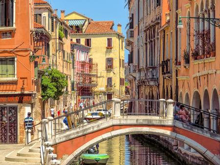 베니스, 이태리 -2007 년 6 월 20 일 : 베니스, 이탈리아에서 오래 된 건물 물 거리에서 볼