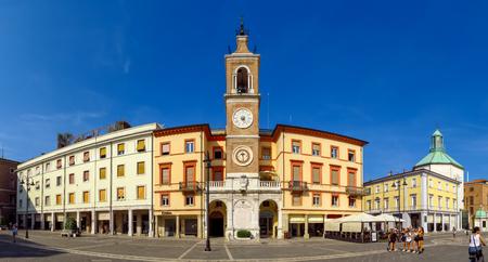 리미니, 이탈리아 -2011 년 6 월 21 일 : 고 대 시계탑 광장 광장 tre Martiri