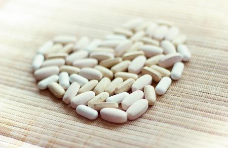 Pills in shape of the heart. 版權商用圖片