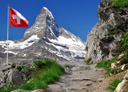 zwitserland vlag: Prachtige berg Matterhorn met Zwitserse vlag - Zwitserse Alpen  Stockfoto