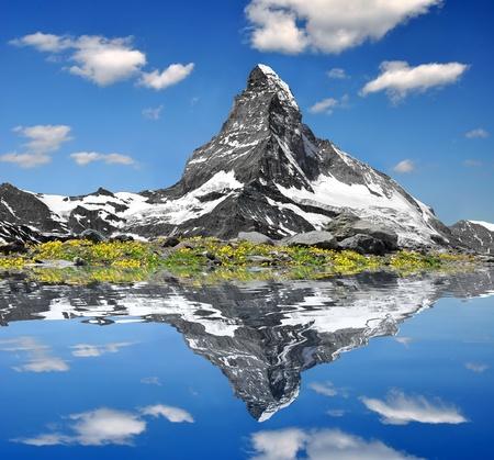 swiss alps: SÅ'ynny Matterhorn dublowanie w jeziorze  Zdjęcie Seryjne