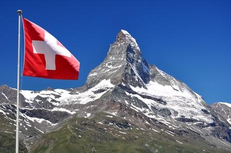 swiss alps: PiÄ™kne górskich Matterhorn flagÄ… szwajcarski - szwajcarskie Zdjęcie Seryjne