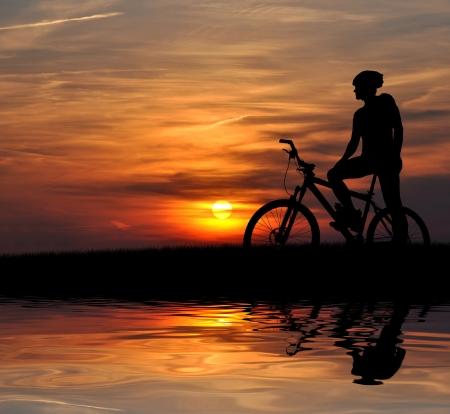 moteros: silueta de ciclista de monta�a en sunrise