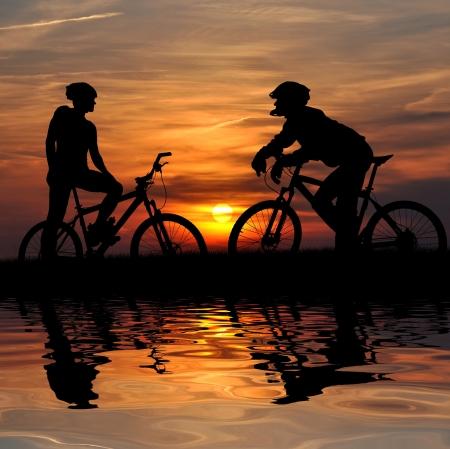 ondulation: deux mountain biker silhouette � sunrise