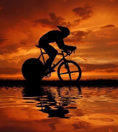Weg fietser silhouet in sunrise