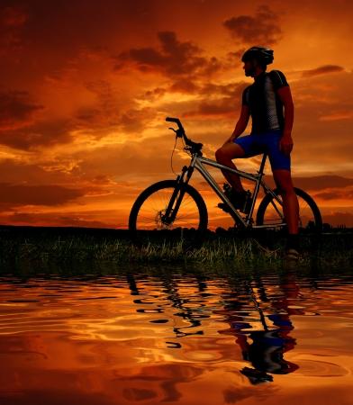 silueta ciclista: silueta de ciclista de montaña dos en sunrise