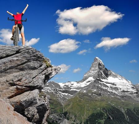 swiss alps: motocyklistów w szwajcarskich Alpach
