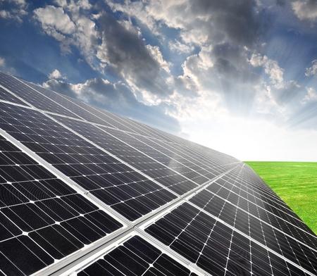 Zonne-energie panelen tegen hemel