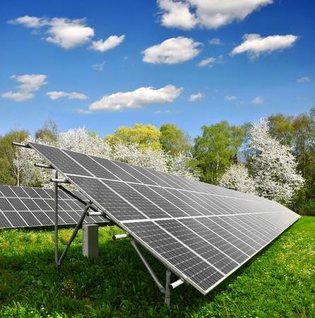 industrial landscape: Pannelli solari energia contro il cielo azzurro con nuvole