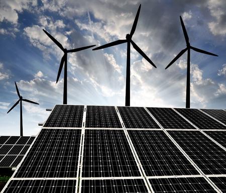 zonne-energie panelen en windturbine  Stockfoto