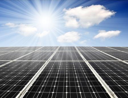 Zonne-energie panelen tegen de zonnige hemel