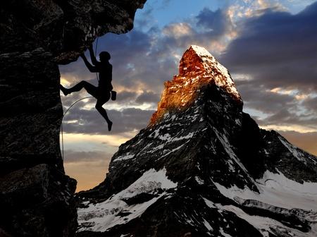 aventura: alpinista en los Alpes suizos