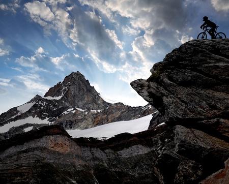 swiss alps: sylwetka rowerzysty w Alpach szwajcarskich