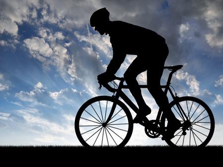 cyclist: silhouet van de fietser rijden op een racefiets bij zonsondergang
