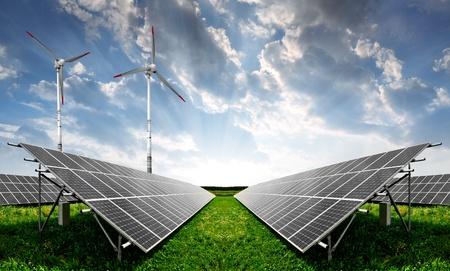 sonnenenergie: Solaranlagen und Windturbinen Lizenzfreie Bilder